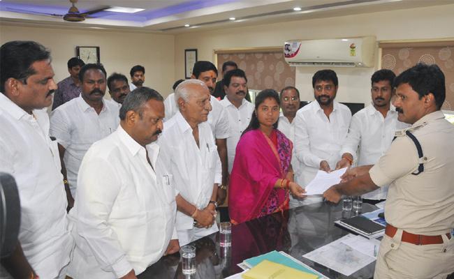 MLA Pushpa Srivani Visit Visakha Range DIG Office - Sakshi