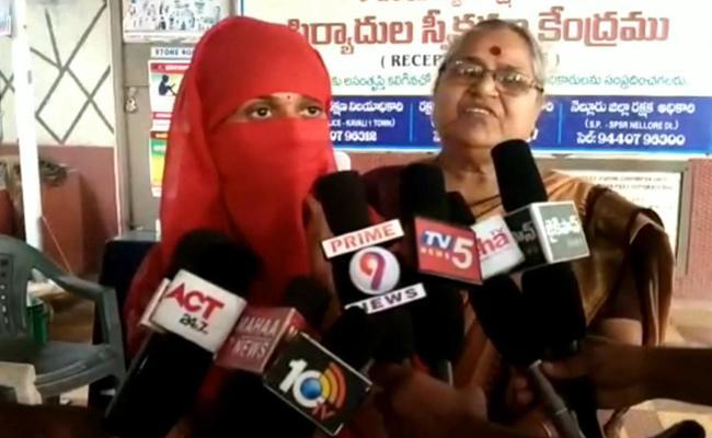 Woman Complaints against Constable on Love Affair - Sakshi