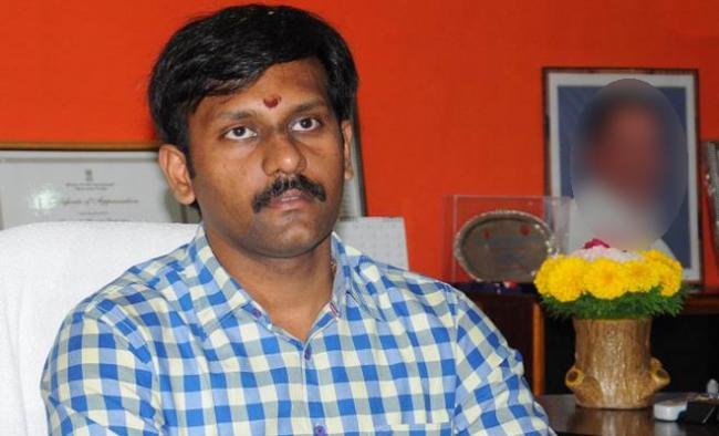 YSR District Collector Hari Kiran Rude Behaviour With Journalists Over Passes Issue - Sakshi