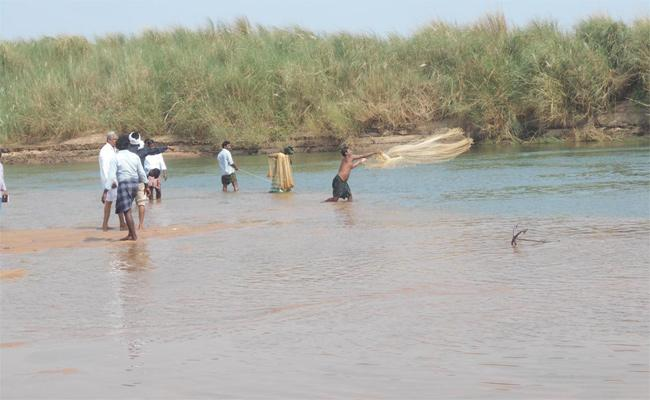 Missing Dead Bosies Found in Godavari - Sakshi