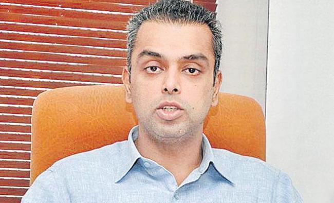 Mukesh Ambani backs Congress Milind Deora - Sakshi