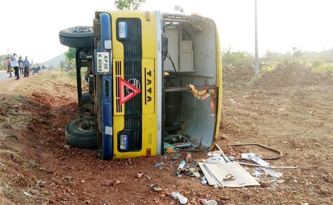 College Bus Roll Overed in Srikakulam - Sakshi