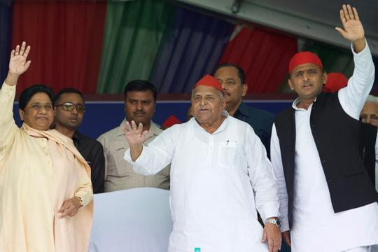 after 24 years,Mayawati turns mulayam for SP in joint rally in Mainpuri - Sakshi
