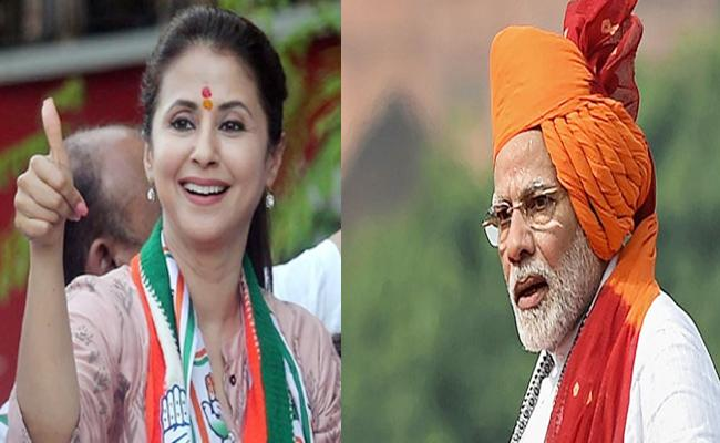 Urmila Matondkar Attacks PM Modi Calls His Biopic Is Nothing But Comedy Movie - Sakshi