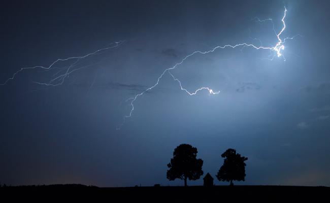 Thunderbolts kills five in Guntur district - Sakshi