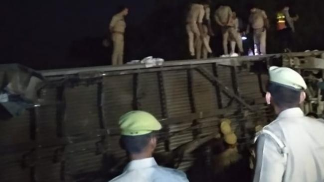 Howrah And New Delhi Poorva Express derails near Kanpur - Sakshi