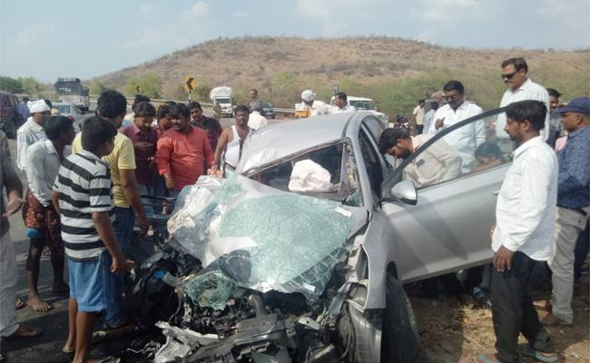 Teacher Died in Car Accident Anantapur - Sakshi