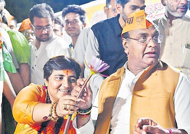 Pragya Thakur gets show-cause notice from Bhopal poll official - Sakshi