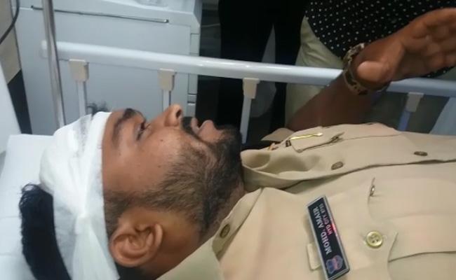 People Attack On Policemen In Langer House - Sakshi