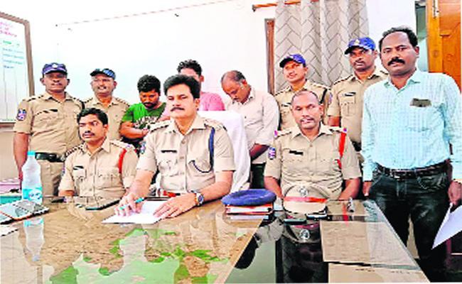 IPL Cricket Betters Arrested In Khammam - Sakshi
