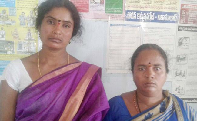 Police Arrested 2 Women Over Cheating In Nizamabad - Sakshi
