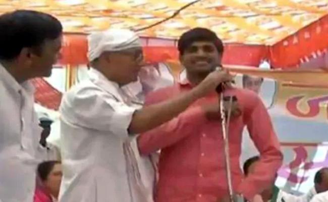 Man Stuns Digvijaya on Stage in Bhopal - Sakshi