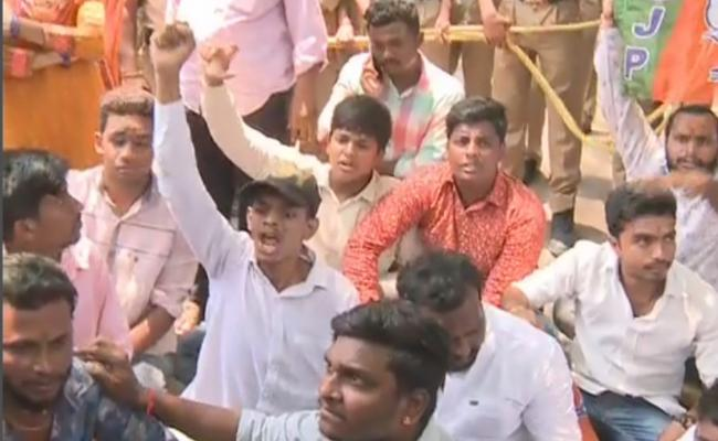 Students Unions Protest At Telangana Inter Board Over On Mistakes In Results - Sakshi