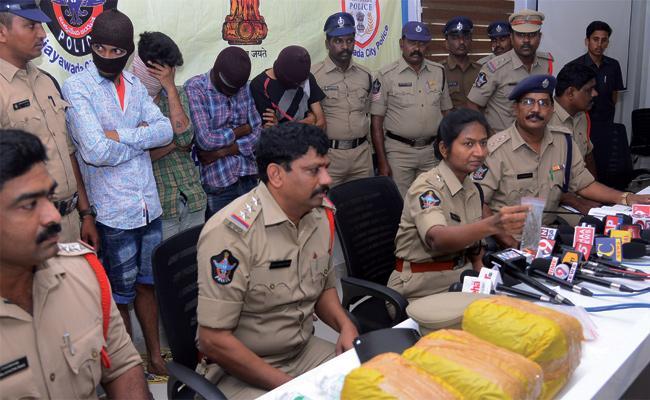 Old Criminals Arrest in Vijayawada - Sakshi