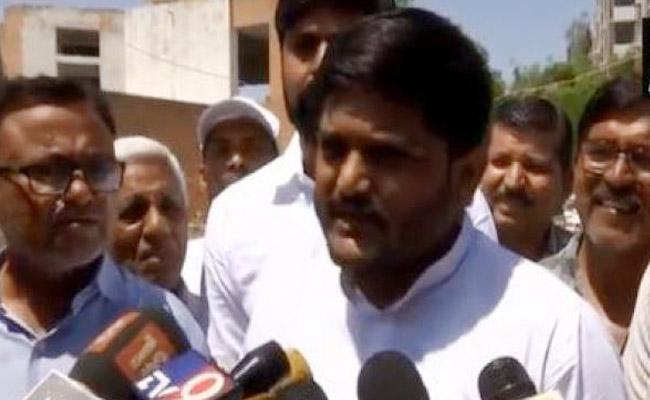 Hardik Patel Criticises PM Modi Over Chowkidar Comments - Sakshi