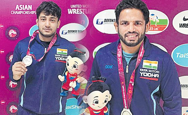 Amit Dhankar, Vicky win silver after losing finals - Sakshi