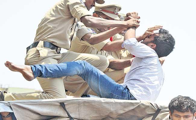 Students Union Leaders Try To Enter Into Pragathi Bhavan - Sakshi