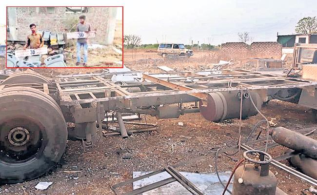 Day after theft, bus found ripped apart in Nanded - Sakshi