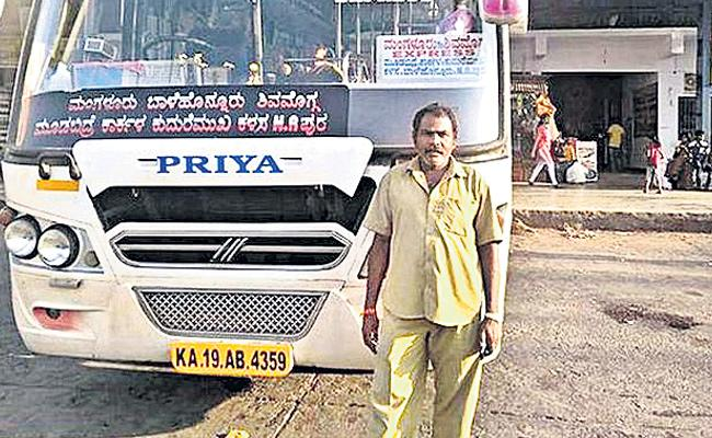 Mangaluru, driver stops bus to vote, hops back on - Sakshi