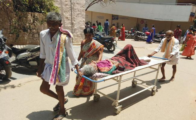 Patients Suffering in Anantapur Sarvajana Hospital - Sakshi