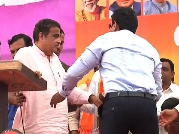 Union Minister Gadkari collapses midst of his speech in Maharashtra - Sakshi