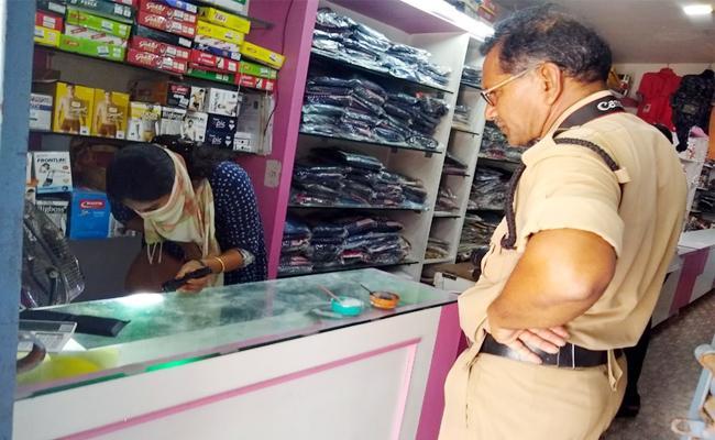 Robbery in Cloth Showroom Srikakulam - Sakshi