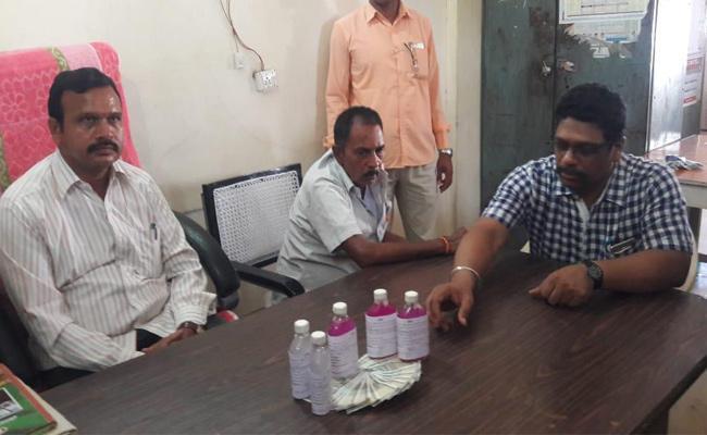 Garidepally Deputy Tahsildar Caught Red Handed By ACB Taking Bribe - Sakshi