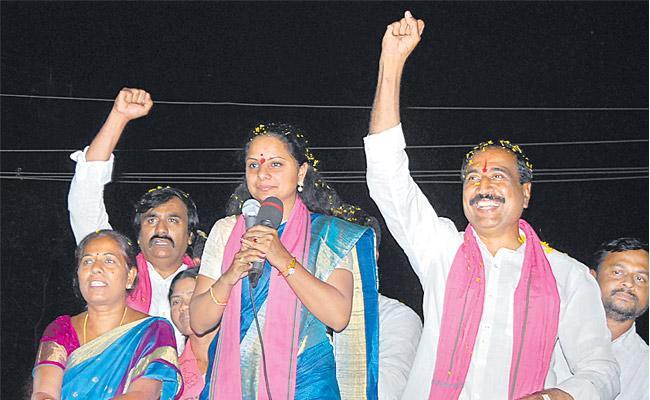 Kavita Jagathilala Roadshow in Parliament Election Campaign - Sakshi