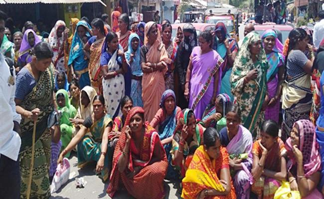 Women Protested On Roads For Pasupu Kunkuma Scheme Money - Sakshi