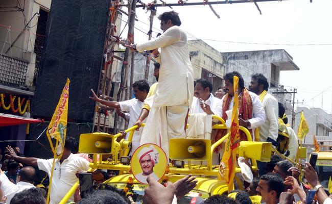 Nandamuri Balakrishna once again lost his cool in Vasakhapatnam - Sakshi