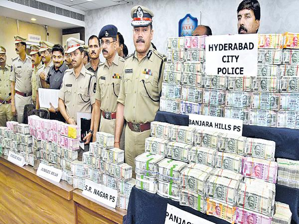 City police officers captured above 4 crores of money - Sakshi