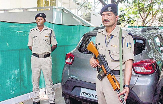 I-T department raids homes of Kamal Nath's close aides - Sakshi