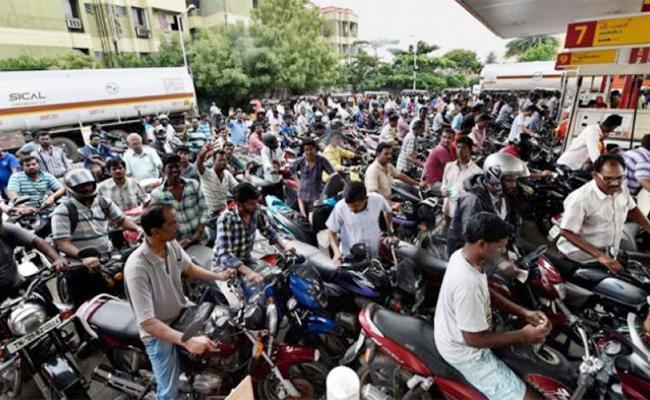Free Petrol Gift in Karnataka Election Campaign - Sakshi