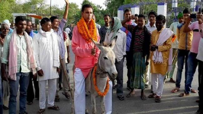 Independent candidate files nomination after ride on donkey - Sakshi
