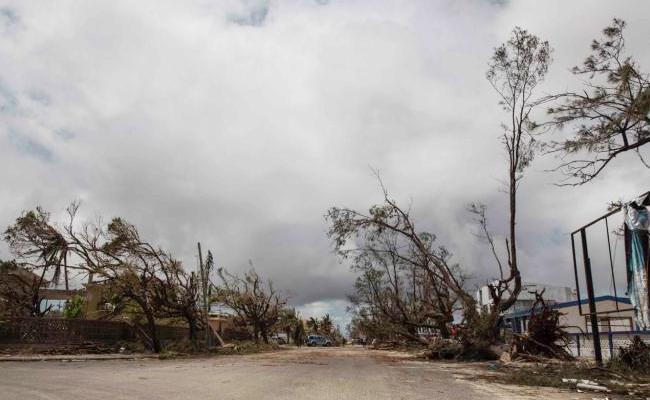 Officials Alert on Cyclone Fani Visakhapatnam - Sakshi