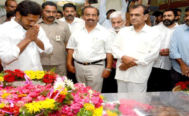 ys jagan pays tribute to Justice B Subhashan Reddy - Sakshi