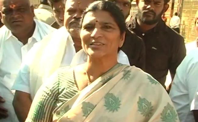 ysrcp leader lakshmi parvathi offers prayer at Tirumala temple - Sakshi