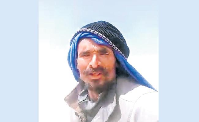 Telangana worker stranded in Saudi  video seeking help Goes Viral  - Sakshi