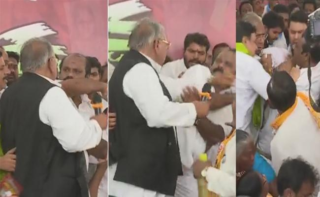 Congress Leaders V Hanumanta Rao, Nagesh Fight At Indira Park - Sakshi