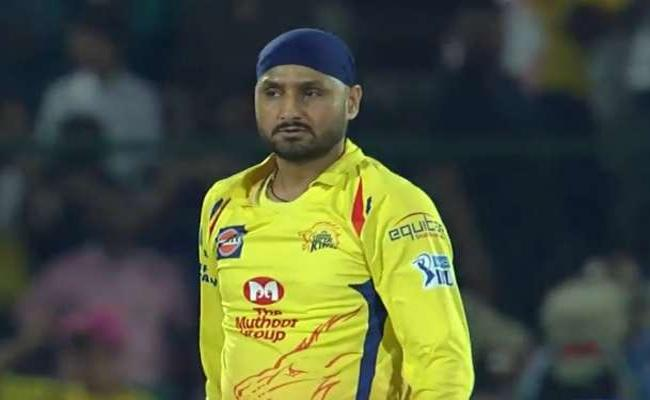 CSK Player Harbhajan Slams ITC Hotel Service in Hyderabad - Sakshi