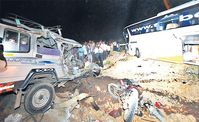 16 People Died In Road Accident In Kurnool - Sakshi