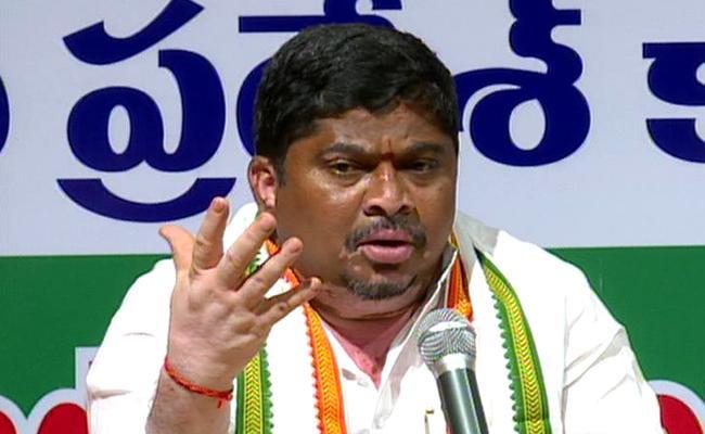 Ponnam Prabhakar Alleges TRS Govt Threatening Mallanna Sagar Project Displaced Farmers - Sakshi