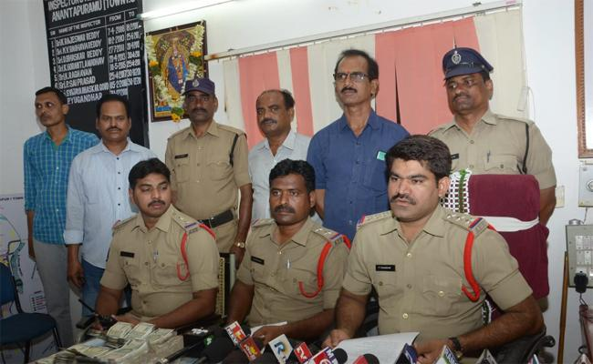 Cricket Betting Gang Arrest in Anantapur - Sakshi
