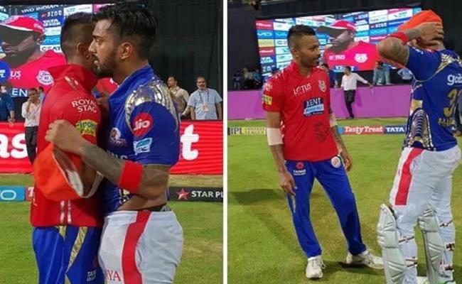 Hardik Pandya Collects KL Rahul IPL Award - Sakshi