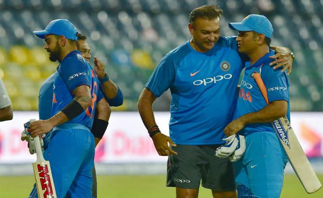 Ravi Shastri Says Dhoni Kohli Commitment To Each Other Tremendous - Sakshi