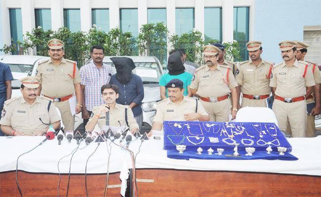 Men Arrest in Rental Cars Stolen And Saled Case PSR Nellore - Sakshi