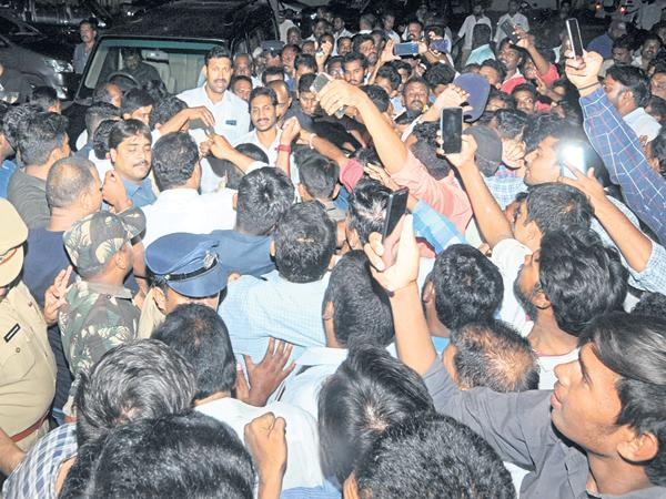 YS Jagan Mohan Reddy Reached Kadapa District Pulivendula  - Sakshi