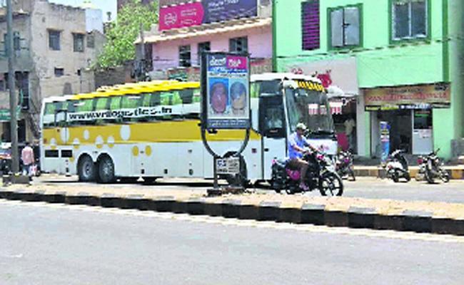 Karnataka Travel Busses Running in Andhra Pradesh Border - Sakshi