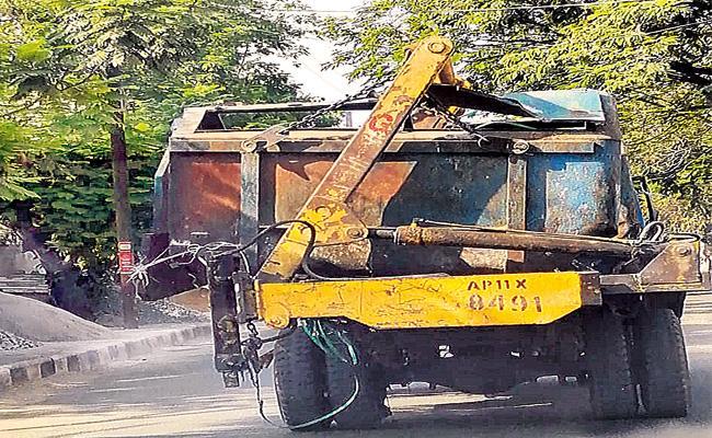 GHMC Use Old Trucks For Dumping Transport - Sakshi