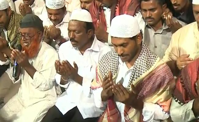 YS Jagan Attend To Iftar Party In Pulivendula - Sakshi